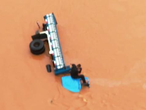 Motorista procurado pela justiça é preso após cair em rio na BR-116