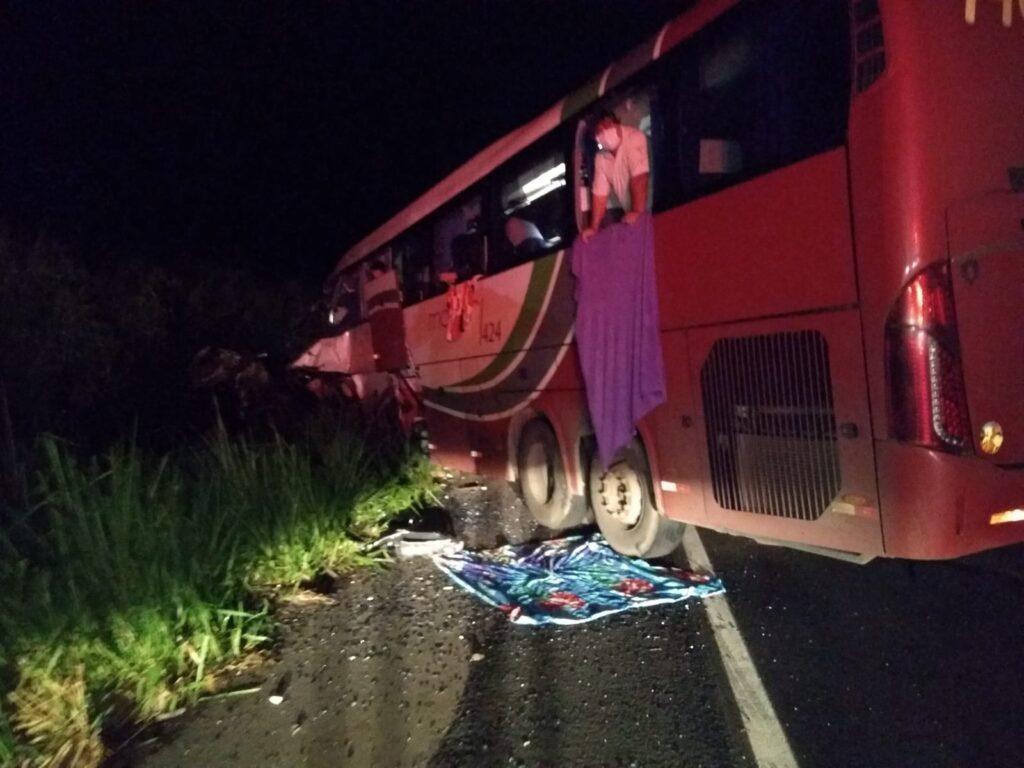 Ônibus colide frontalmente contra carreta e deixa 7 pessoas mortas e 34 feridas na SP-425