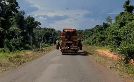 Caminhoneiro morre ao colidir contra pneu de colheitadeira que era transportada em carreta no MT 2