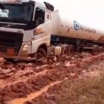 Caminhoneiros enfrentam atoleiros para entregar carga de oxigênio em Manaus