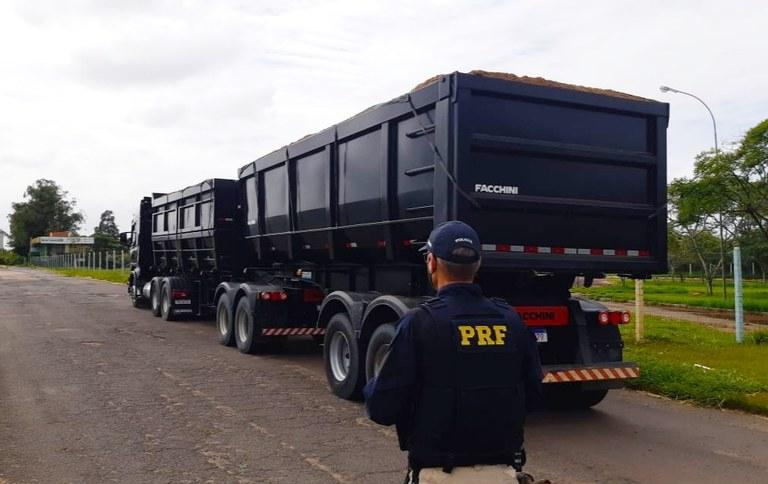 R$37 mil em multa: carreta é flagrada duas vezes com 36 toneladas de excesso em menos de um mês pela PRF